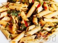 Рецепта Пене паста (макарони) с магданоз, домати и сирене пармезан